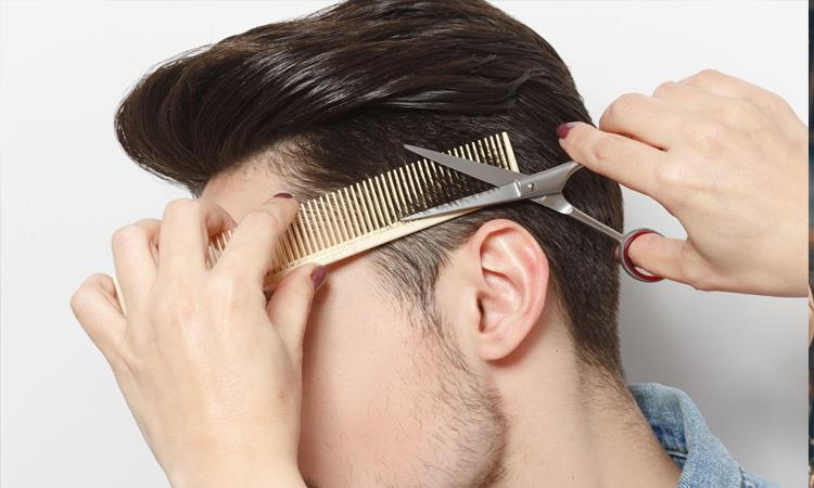 در حال مرتب کردن و اصلاح موی داماد